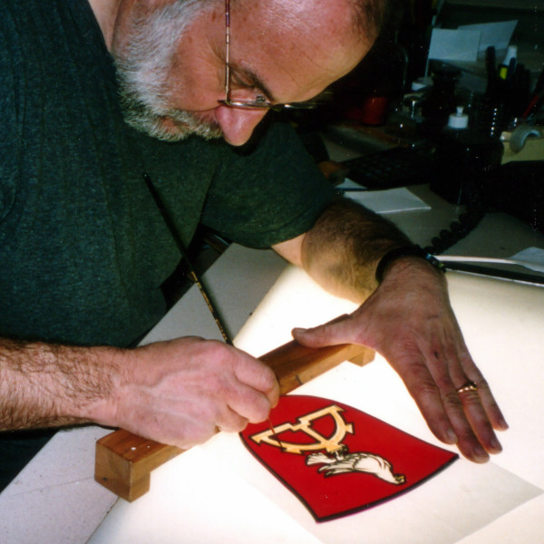 Peter Kuster, Glasmaler, bei der Arbeit am Leuchtpult.Glasmalerei -Bleiverglasungen - Glaskunst- Glasdesigm -Familienwappen -Wappenscheiben